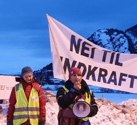 GULEN: Måndag møtte fleire opp ved Oppedal ferjekai for å demonstrere mot vindkraftutbygging.
