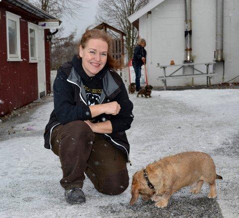 Leder i Vestfold og Buskerud Dachsklubb, Anne Mette Kirkemo sammen med sju år gamle Francko.