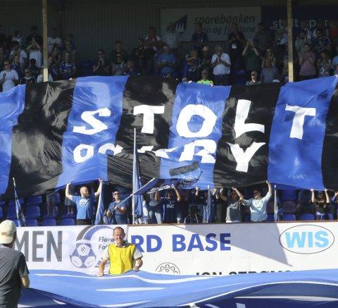 Stolt og KRY: Florø har imponert både på bana og på tribuna så langt. Mot KBK må dei levere på begge plan. Foto: Andreas Hopen