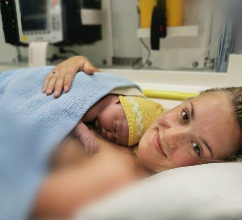 OVERSTÅTT: Lill Hege Stølen og sonen Joakim etter at fødselen i ambulansen var vel overstått.
