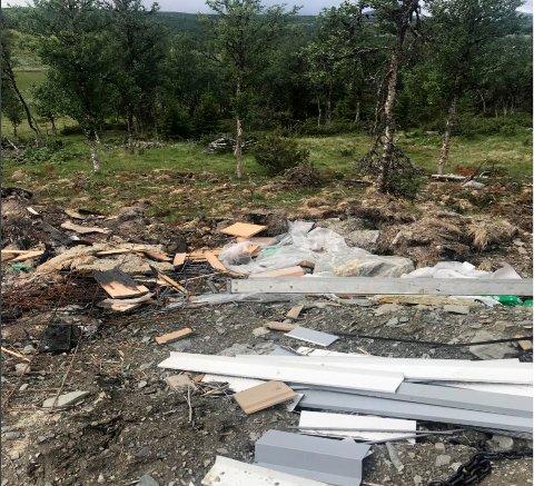 Forbifarende dokumenterte forsøplingen på byggetomta og sendte bekymringsmelding til Miljødirektoratet.
