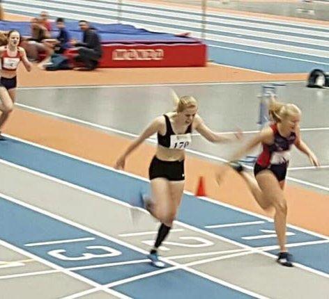 TO DISTANSER: Astri Farbu (t.h.) er en av sju hattfjelldalinger som skal delta i UM. Hun løper 200m og 400m.