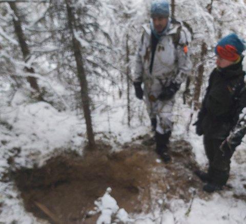 Eirik Langfors og elghunden Mattis gikk seg på et påbegynt bjørnehi i Hjerpåsen-området mellom Grane og Hattfjelldal senhøstes i fjor.