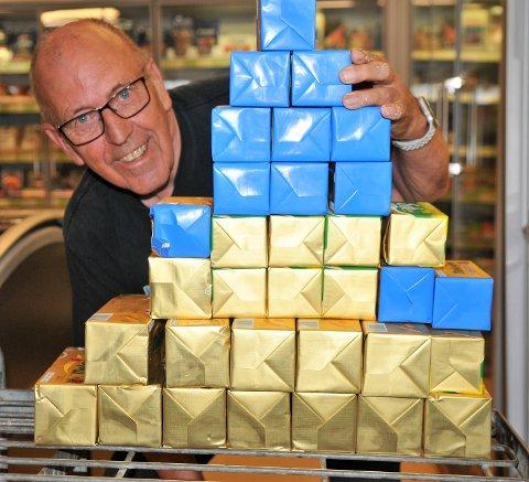BORTE VEKK: Pyramiden av smørpakker, til sammen 23 kilo, indikerer hva Torstein Lang fra Løken slanket bort på fem måneder. – Nå føler jeg meg som et nytt menneske, sier 69-åringen. Foto: Øivind Eriksen