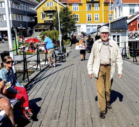 I FARTA: Alf Cranner er å se i Kragerø sentrum så å si hver dag. Her kommer han i spenstig gange over Bybrua.