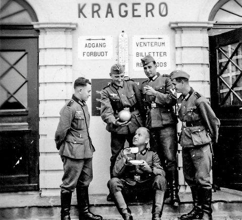 Tyske soldater ved Kragerø Jernbanestasjon.