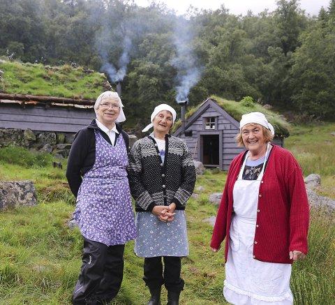 Glade budeier: F.v.: Ingeleiv Klette, Anne Lise Nygård og Kristlaug Bjørke på ein av dei opne stølane i fjor. (Foto: Kjeldestøl venelag).