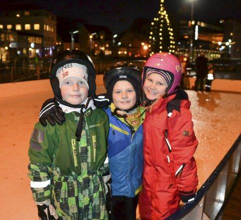– Artig: Nikolai, Adrian og Linea testet ut skøytebanen på torget i Svolvær for første gang søndag ettermiddag.