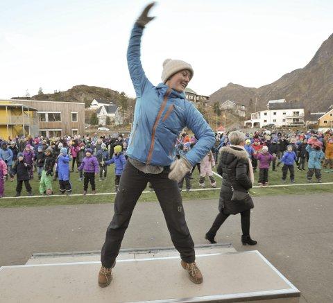 Stagedanser: Musikklærer Astrid Wensbakk brukte podiet foran 400 elever til å vise NRK Super-dansen  anno 2016. Foto: Knut Johansen
