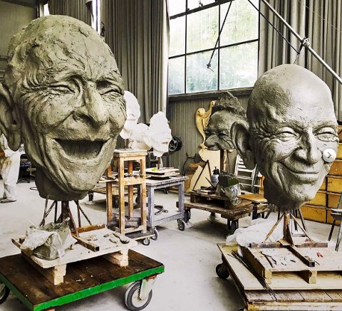 STORE SMIL: Nå nærmer det seg støping for skulpturhodene «Smilende fjes» i Italia. Planen er avduking på Sjøbadet i mai neste år.