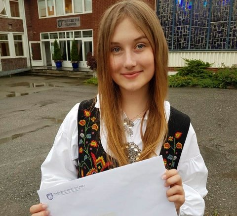 MED VITNEMÅLET: Tonje Karoline Knutsen med beviset på at hun går ut av Tyrifjord videregående med bare seksere.