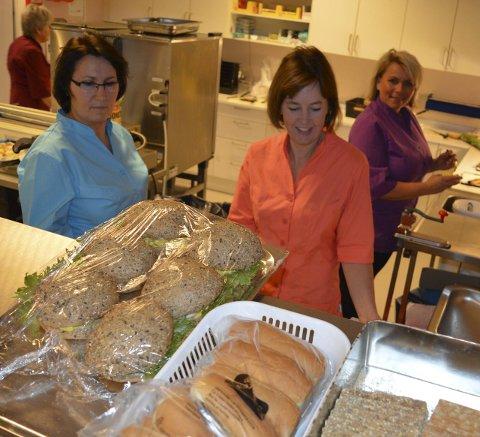 Flinkere På jobb: Nexhmie Preteni (f.v.), Wenche Jensen og Ailin Teien i Jotun-kjøkkenet på Vindal. Foto: Jan Roaldset