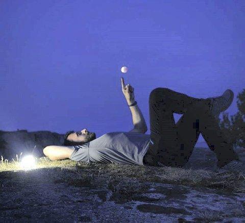 Måneformørkelsen: Jacek Ban er fotografen. Mange sov ute under åpen himmel.