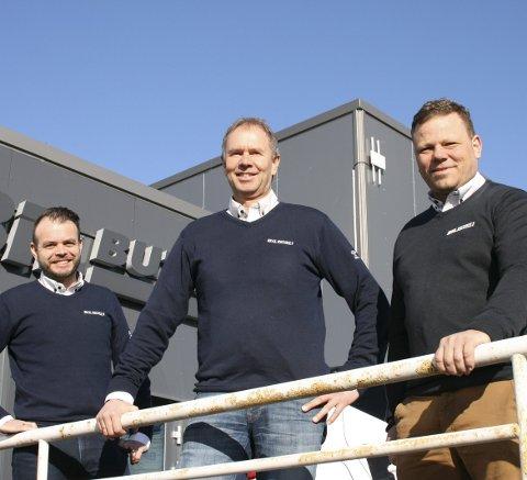 GODE DAGER: Per Anders Buer (43), Ivar Lileng (57) og Ole Andreas Bjor (46) ved Bilbutikk1 opplever stor suksess med salg av Volvo så langt i år. I februar toppet Volvo listen over bilmerkene med flest solgte biler i Sarpsborg.