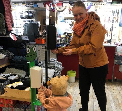 Ragna Margrete spriter hendene sine i barnestativet mens mamma Elise Volen-Østerholm gjør det samme ved siden av.