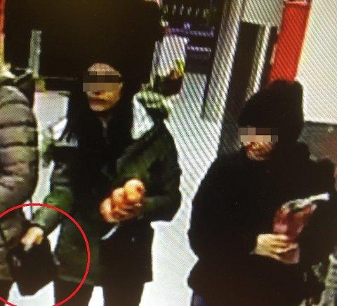 På videoopptaket kan man tydelig se at kvinnen tar hånden i en annen kvinnes veske. FOTO: POLITIET