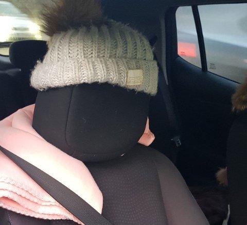 PRØVDE SEG: Slik så passasjersetet til damen som ble stoppet på Mosseveien ut. Hun fikk et forenklet forelegg på 5500 kroner for å kjøre i kollektivfeltet, som ikke er lov uten passasjer i rushtiden. Foto:Politiet