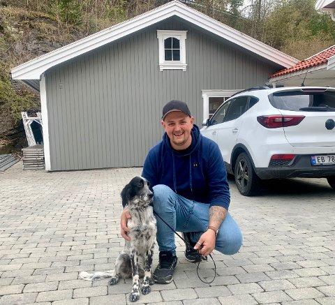 DYREKJÆR: Bjørn Erik Boda vil gjerne ha dyr i annekset sitt. Her er han med journalistens hund, Bella.