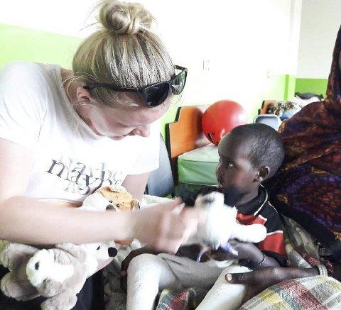 Nære møter: Det ble mange nære møter med barna i Addis Abeba, og gjengen fra Notodden ble tatt varmt i mot.
