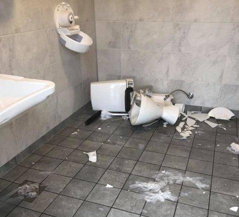 RAMPONERT: På denne doen er hele toalettet løsnet og ødelagt. Under vasken ser man at sluket på gulvet er forsøkt tettet med papir.