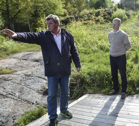 Befaring: Grunneier Bertrand Marcussen og planutvalgsleder Knut Aall under en befaring i det aktuelle området i 2017.