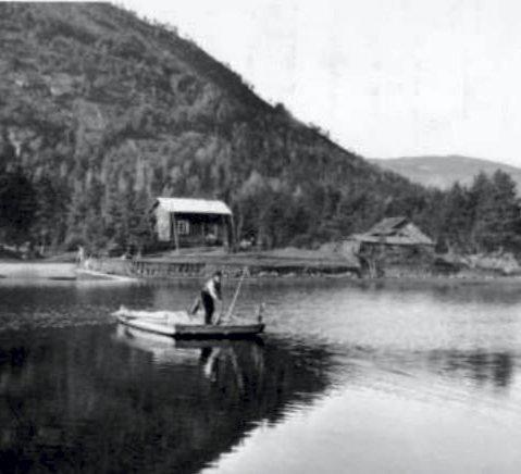 Historisk: Den siste ferjemannen, Olav Sigurdsson Solheim ved Ferjesundet i Åmli. Foto: Åmli historielag