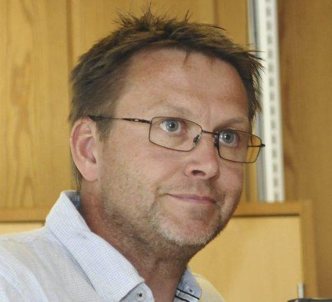 Glad: Rune Halle, rektor ved Nord-Aurdal barneskole, hadde skrive saka, og uttrykkjer glede ved at alle elevane no får datamaskiner.