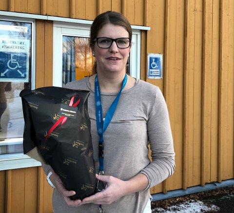 JULEBLOMST: Stine Solemsli får en juleblomst for måten hun har ledet avdelingen sin ved Vangsheimen gjennom en utfordrende tid.