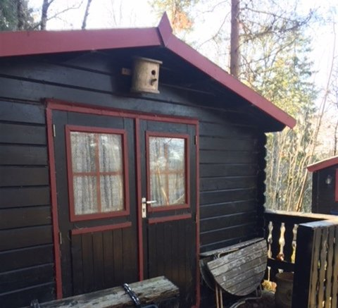 Eiendommen med hytte og tre utehus i Ødegårdveien i Hvitsten ble solgt for 350.000 kroner.