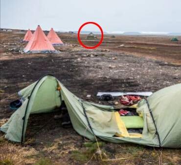 Foran er teltet som ble angrepet. Markert med rød ring er teltet hvor mannen fra Øygarden sov.