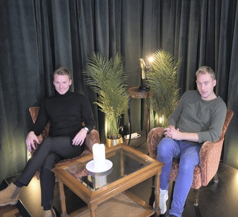 Teateragentene Håkon Dalsbø og Julian Berntzen både utvikler, skriver selv og jobber aktivt med å tilrettelegge for utvikling av ny scenekunst i sitt teaterforlag.