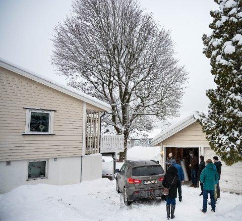 Det 21 meter høye treet står to meter fra nabogrensa, og henger delvis over naboeiendommen.