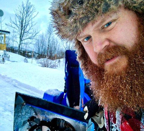 FRÆSEHOUVA: Det viktigste klesplagget når man er ute å rydder snø er fræsehouva. En tykk lue som den Even Mannerud har på bildet.