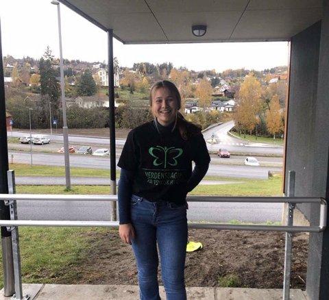 PSYKISK HELSE: Her står Gina Elisabeth Næs utenfor Brandbu ungdomsskole, med t-skjorten elevrådet hadde på under markeringen av verdensdagen for psykisk helse.