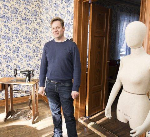SAMLET INN: Espen Hårseth har rigget utstillingen i Røhnegården, som tar for seg Hamar systuer og arbeiderhistorie.