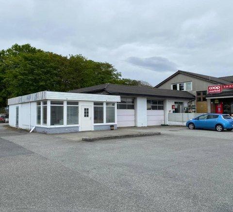 ØNSKJA: Den nye butikken som skal leiga den gamle bensinstasjonsbygningen meiner dette er den optimale plasseringa.