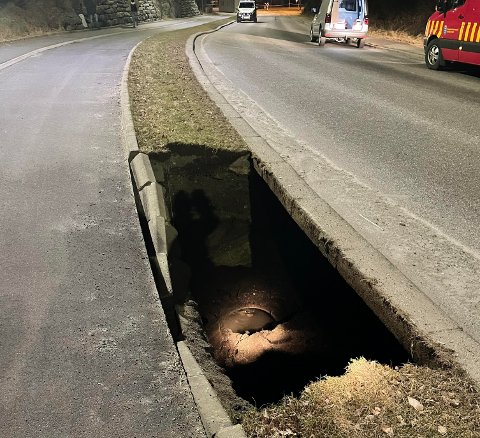 HAUKELIVEGEN: Dette hullet mellom veibanen og gangstien skal ha oppstått plutselig tirsdag kveld.