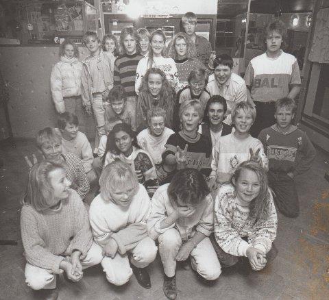 Ungdommer samlet på Pink Pusur på begynnelsen av 90-tallet. Kilde i denne saken Veronica Reppe Nilsen midt i bildet.