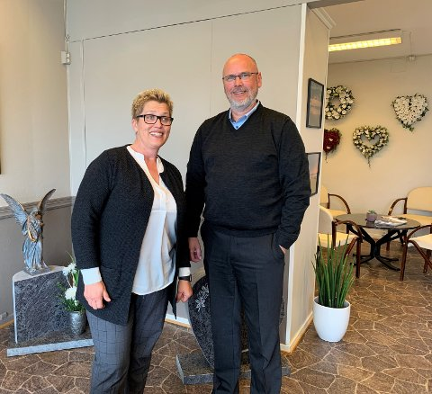 Gravferdskonsulent Gunn Rita Gjersvold og daglig leder Ola R. Vigdal er tilgjengelige for kundene sine døgnet rundt.