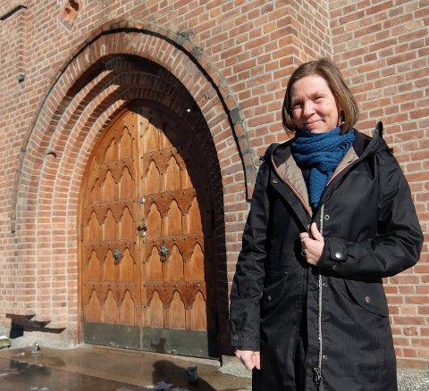 PÅSKEN ER IKKE AVLYST: Sokneprest ved Nordstrand kirke,Anne Grete Listrøm, håper at folk benytter seg av kirkens utstillinger i vinduet. - Det blir en slags påskevandring, sier hun.