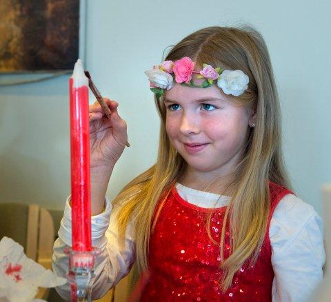 I FULL SVING: Ida Sveum (8) er i gang med å pynte julelyset sitt.