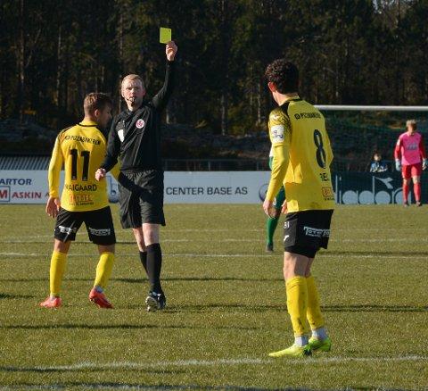 Her får Mathias Belli Moldskred sitt første gule kort av dommer Eivind Bodding.