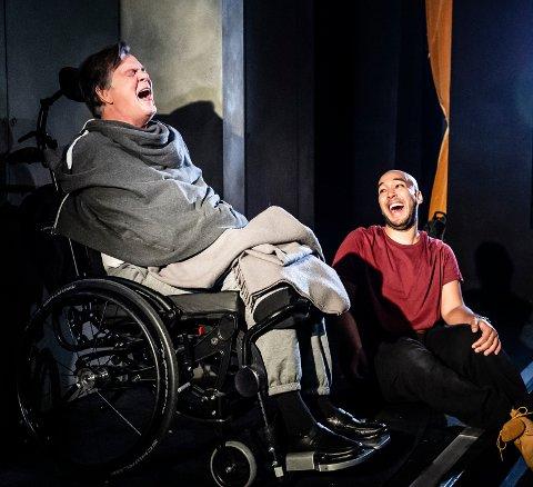 HUMOR OG VARME: Anders Hatlo (til venstre) og Modou Bah har hovedrollene i «De urørlige» som har premiere fredag 25. januar.