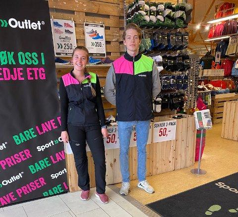 OPPLEVER VEKST: Hedvig Johanne Høivik og Adrian Kvalheim er to av de ansatte ved Sport Outlet på Strømmen storsenter.