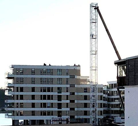SNART FERDIG: Demonteringen av den siste tårnkrana på Nye Kilen Brygge markerer at boligprosjektet er på oppløpssiden. De siste to blokkene blir overlevert fra midten av september.