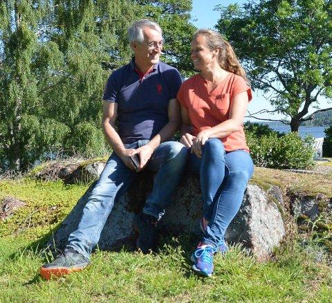 INNFLYTTET: – Om det skulle eksistere en slik avtale – det kunne det jo ha gjort – hva har det med saken å gjøre i 2020 når jeg nå har kjøpt gården som privatperson, spør Tore Elias Aslaksen, her med kona Judith på gården.