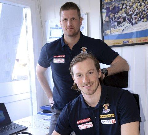 KONTRAKT: Daniel Björnberg følger med når Tim-Robin Johnsgård skriver under kontrakten med Sparta. Foto: Ole-Morten Rosted