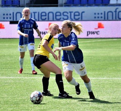 Sarpsborg 08, her ved Julie Stafne Gustad og Thea Olsen (i bakgrunnen), tapte 0-2 hjemme mot Kongsvinger i 2. divisjon avdeling 1 i fotball søndag. – Dette var vår dårligste kamp så langt i år. Vi gir dem to mål, og vi fungerte ikke som lag. Vi fikk som fortjent, oppsummerte Sarpsborg 08-trener Mike Speight til SA-sporten etter kampen. Dette bildet er fra hjemmekampen mot Ottestad 15. juni. (Foto: Kjetil A. Berg)