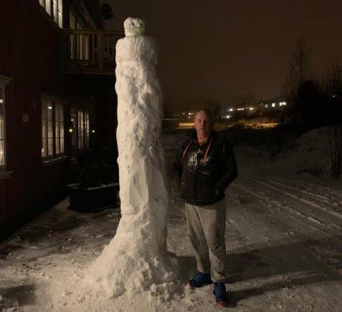 Denne snømannen er hele 2,85 meter høy. Det er Isak Olsen som har publisert dette bildet med sin far ved siden av. Snømannen har han døpt Roar.