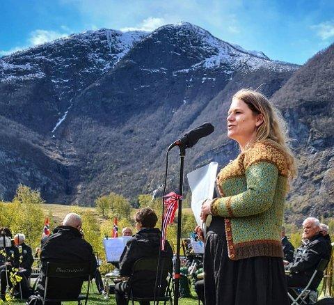 TRAVELT: Kulturkonsulent Camilla Hansen fekk ei hektisk helg då det vart lagt opp til stor frigjeringsmarkering både i Aurland, Flåm og Gudvangen. Her saman med Flåm Musikklag.